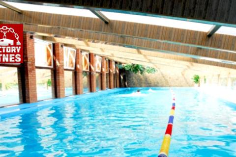 Безлимитная клубная карта на 1 месяц в круглосуточный фитнес-клуб с бассейном Factory Fitnes: бассейн 25 м, аквааэробика, сауны, хаммам, тренажёрный зал, групповые программы и многое другое!  Скидка 50% от КупиКупон