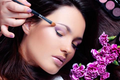 Мастер-класс «Техника макияжа глаз теория + практика», экспресс-курс «Техника повседневного макияжа и подбор индивидуального образа» и  базовый курс«Мастер визажа» в «Школе макияжа». Скидка до 65%