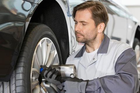 Шиномонтаж и балансировка четырех колес до R22, а также хранение шин от компании Shiny Romina. Скидка до 59%