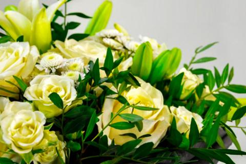 Букеты из роз, тюльпанов, ирисов и гиацинтов в крафтовой бумаге или шляпной коробочке от студии цветов «Счастливые люди». Прекрасный весенний подарок! Скидка до 55%