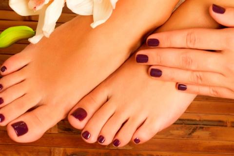 Маникюр и педикюр на выбор с цветным покрытием лаком или Shellac в ногтевой студии Marilyn Monroe. Скидка до 74%