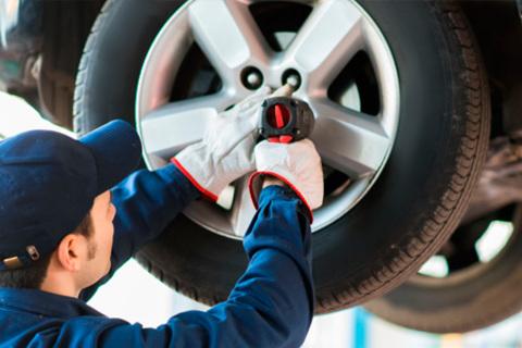 Шиномонтаж и балансировка четырех колес до R18 от автосервиса Best. Скидка 76%